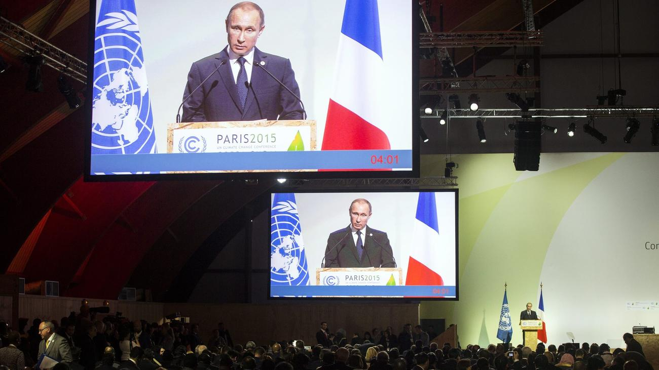 Russian President Vladimir Putin delivers a speech at the international climate change conference being held north of Paris. (Etienne Laurent / European Pressphoto Agency