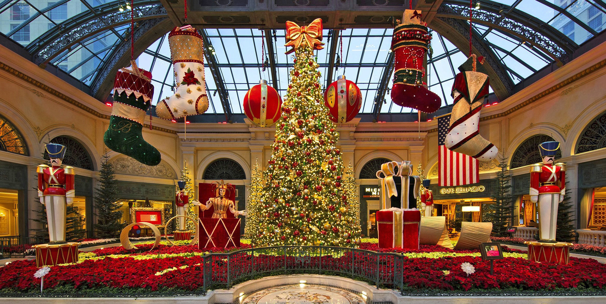 See how vegas 39 bellagio and palazzo try to outdazzle each for When does las vegas decorate for christmas
