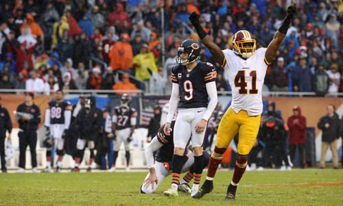 <p>Robbie Gould watches his 50-yard field goal sail wide right in the final two minutes as the Redskins' Will Blackmon celebrates.</p>