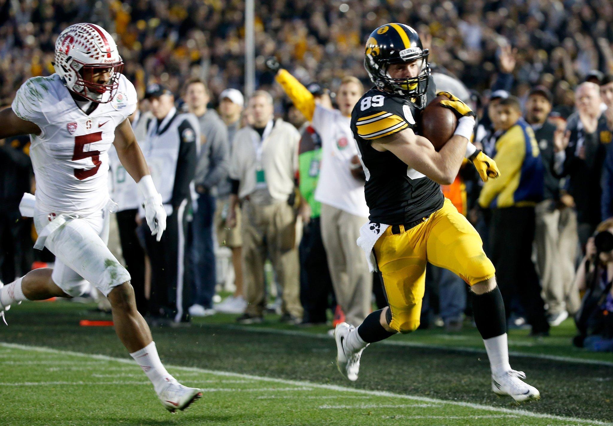 Matt VandeBerg runs into the end zone. (Sean M. Haffey / Getty Images)
