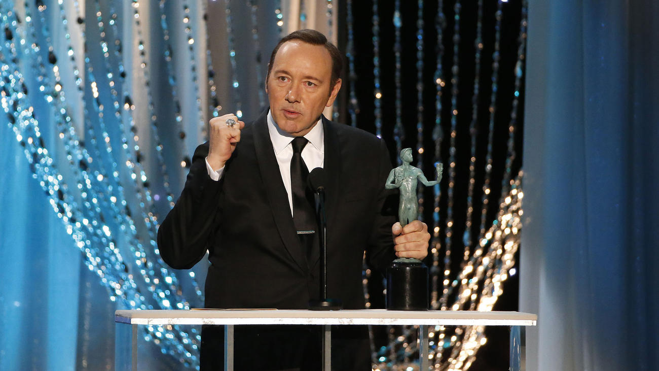 Kevin Spacey accepts his SAG Award. (Robert Gauthier / Los Angeles Times)