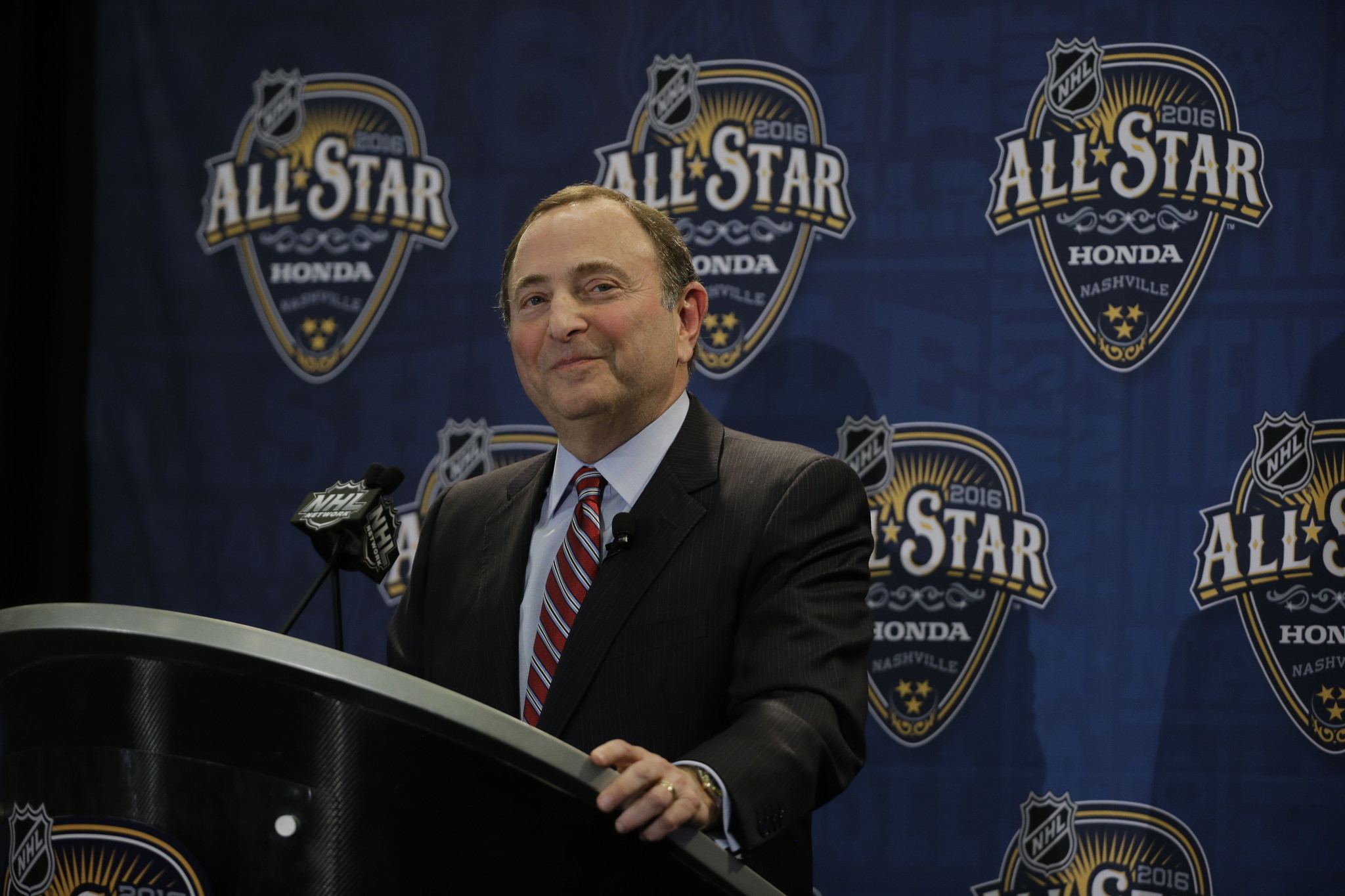 Ct-nhl-commissioner-gary-bettman-signs-new-deal-20160131