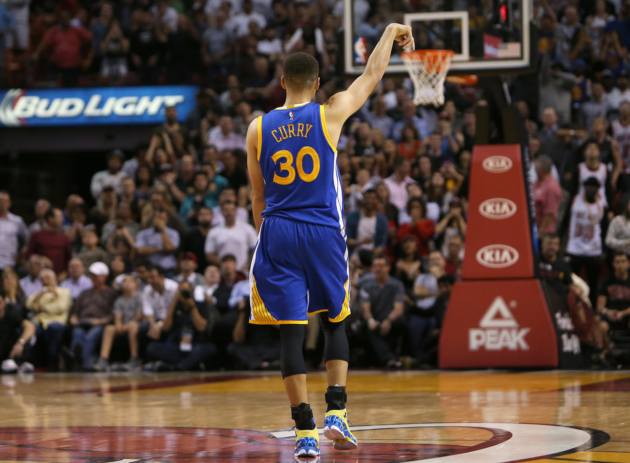 Stephen Curry, Klay Thompson come through late for Warriors