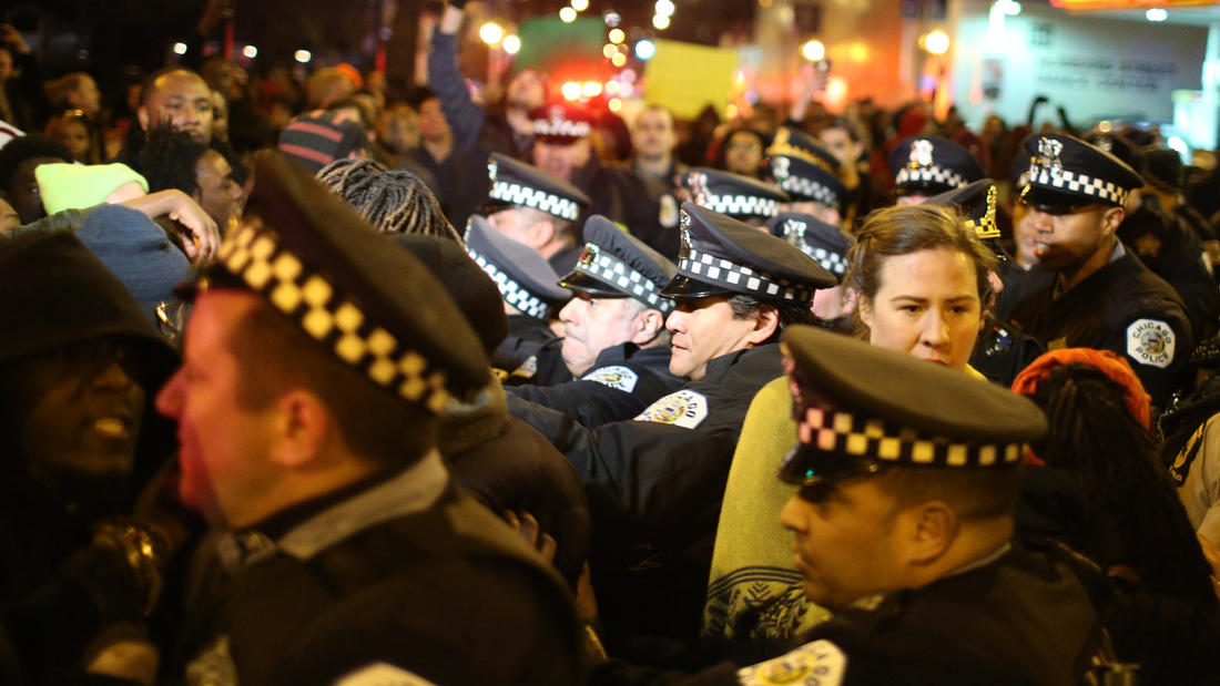 There was a large police presence for Donald Trump's campaign stop at University of Illinois-Chicago, which was cancelled due to security concerns. (Chris Walker / Chicago Tribune)