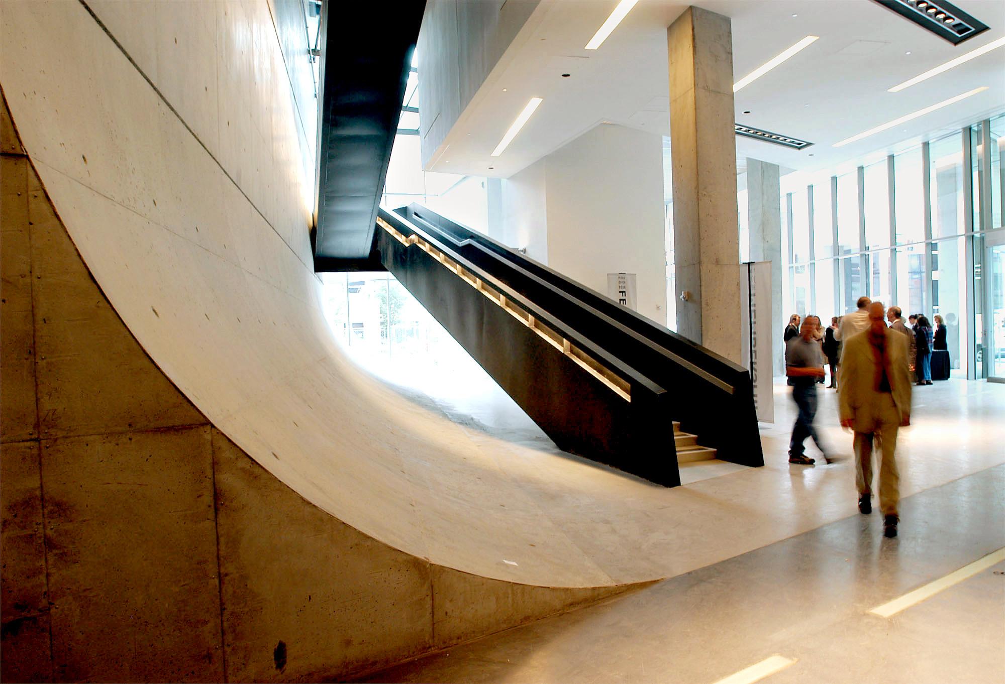 a mix of the urban and urbane zaha hadid 39 s remarkable cincinnati contemporary arts center la. Black Bedroom Furniture Sets. Home Design Ideas