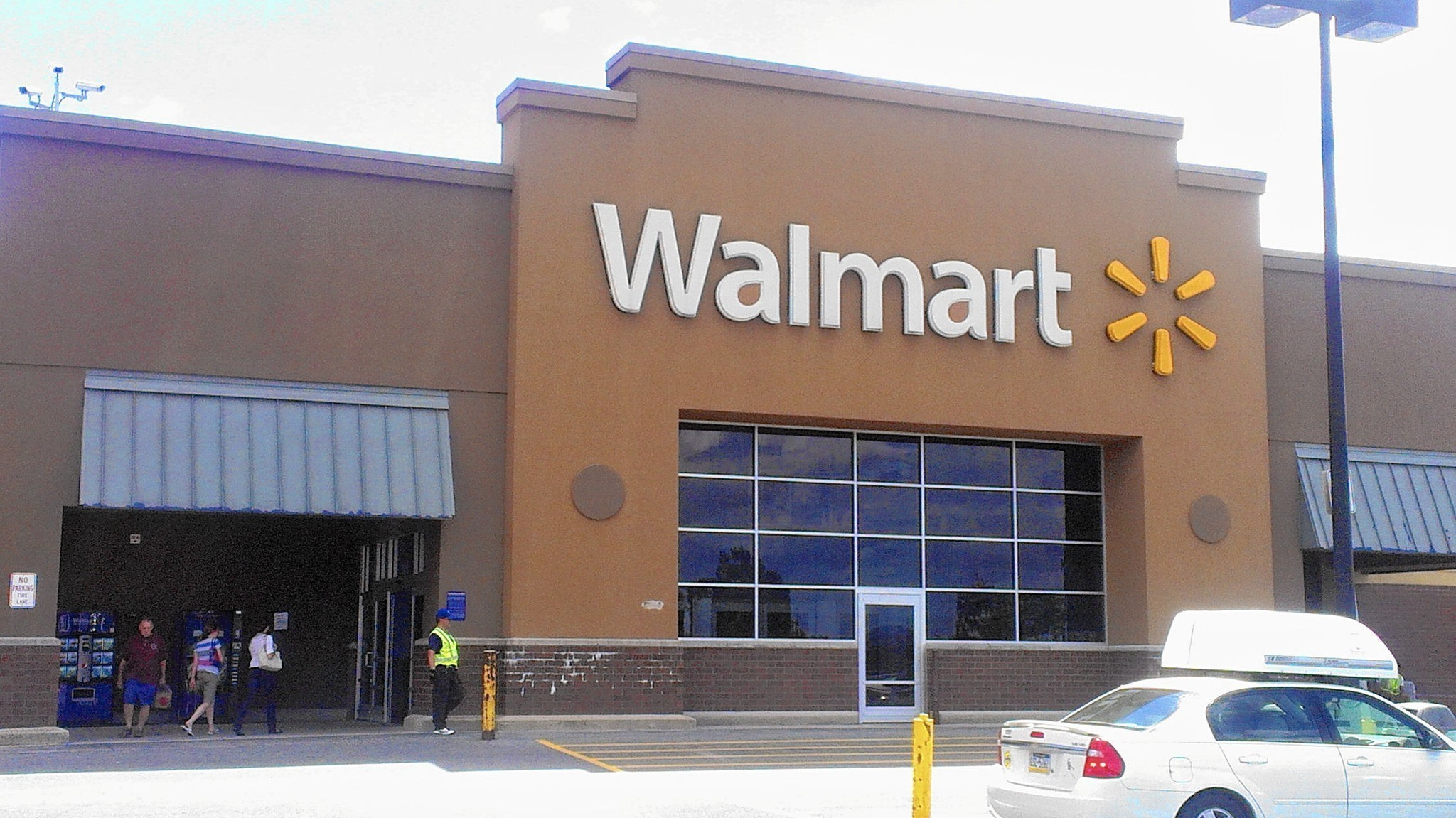 the day that wal mart dropped the Wal-mart said tuesday that it will offer free two-day shipping for minimum orders of $35, giving up on its version of amazon prime.