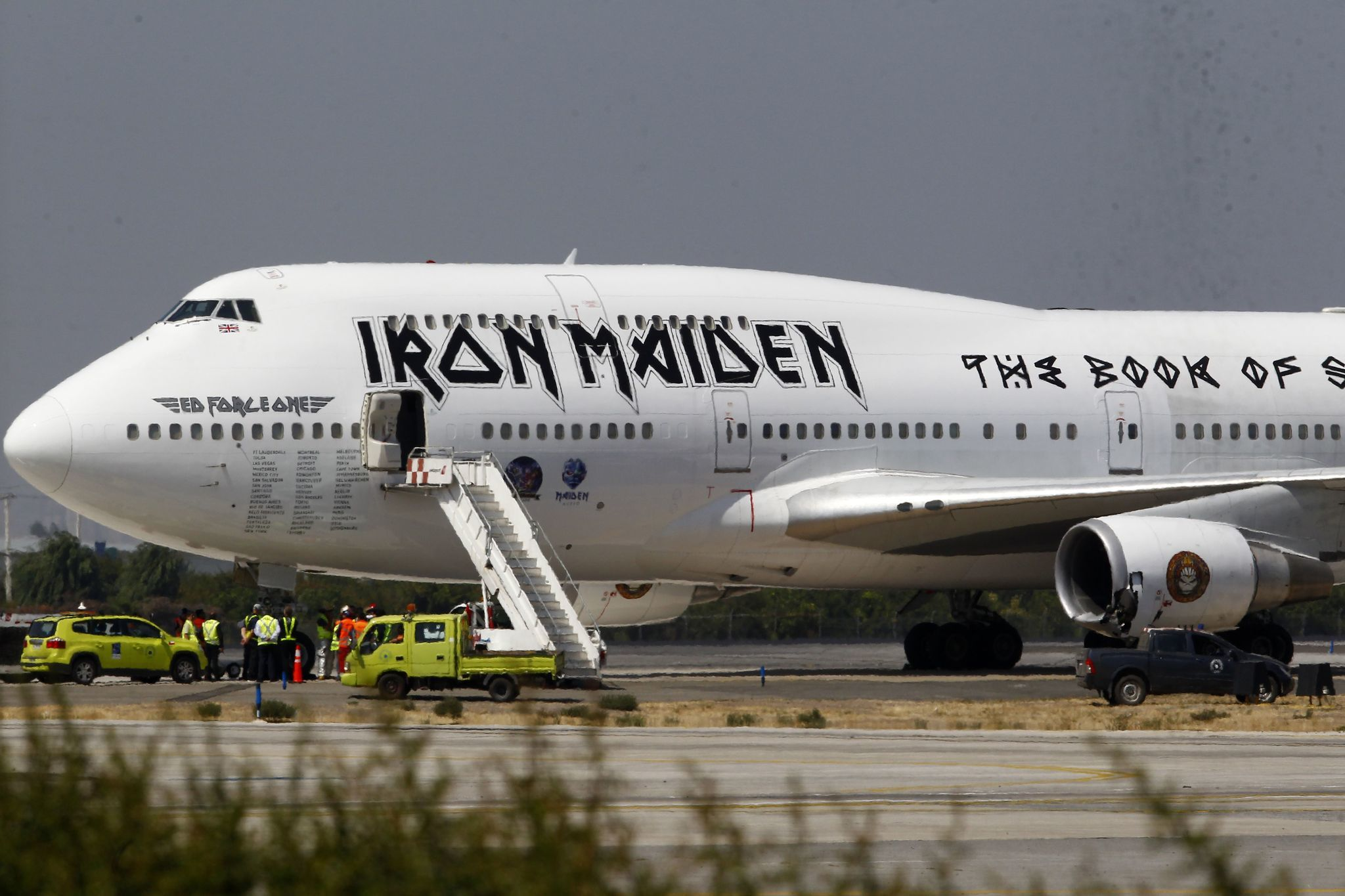 Fans excitedly track Iron Maiden's plane landing at O'Hare
