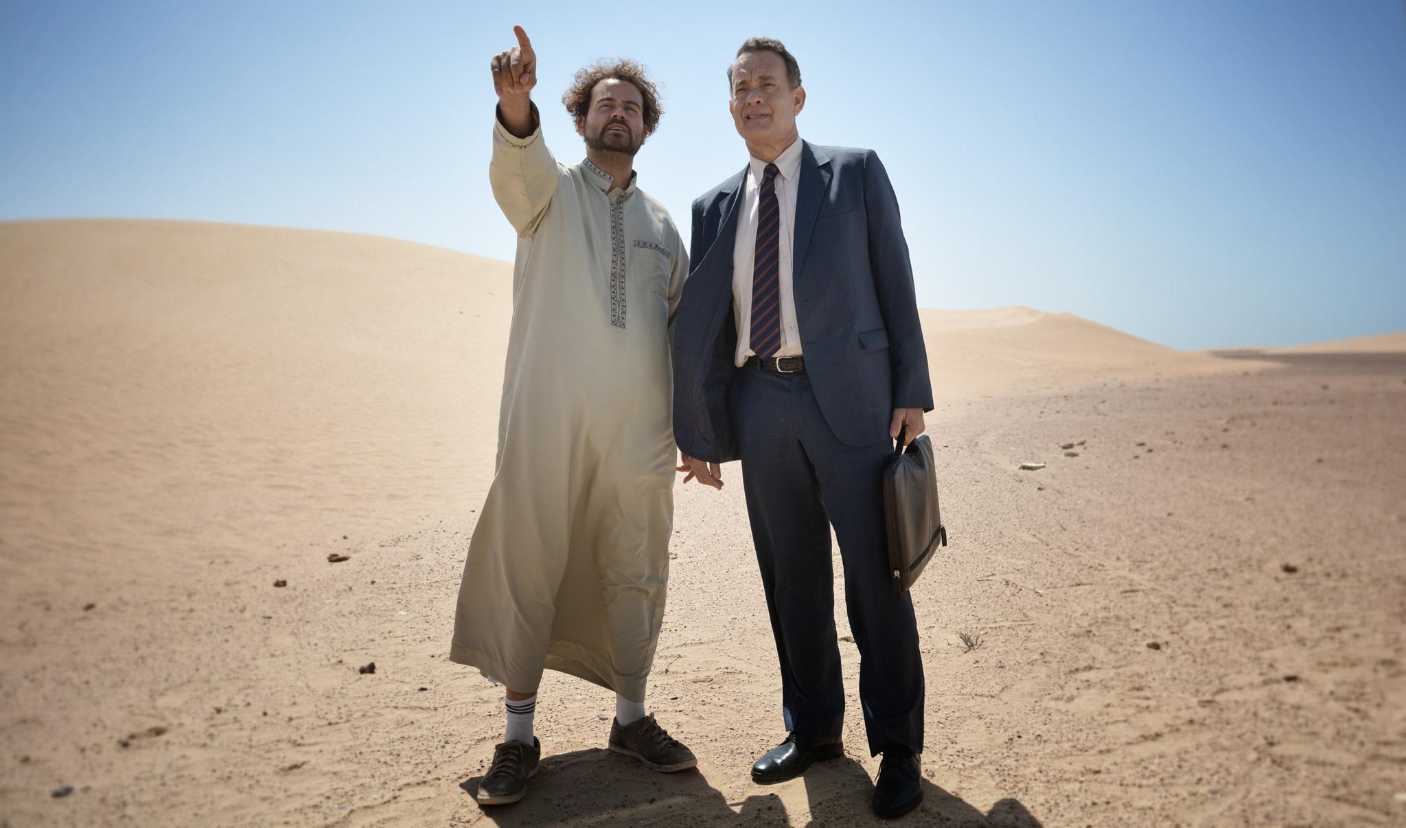 Tom Hanks i rollen som Alan Clay ut i öknen med sin chaufför