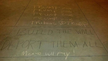Indignación en el Centro Latino de UC San Diego por la aparición de leyendas a favor de Trump y contra inmigrantes
