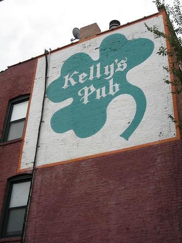 Kelly's Pubin Lincoln Parkis adjacent to Brown Line tracks.