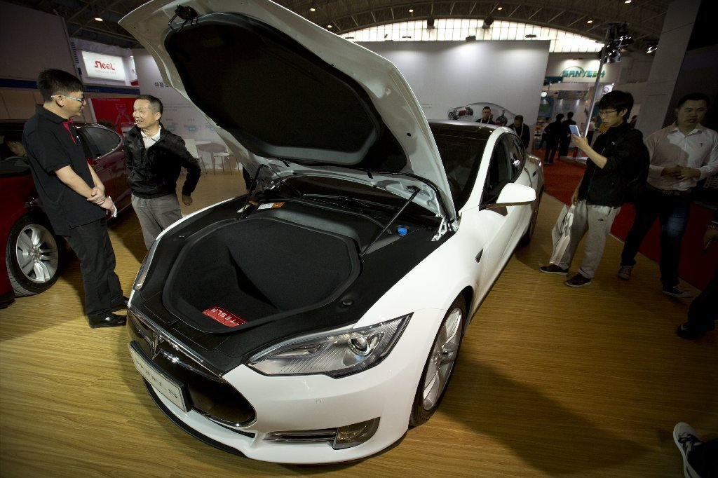 tesla motors posts a bigger loss, and two key executives plan to leave