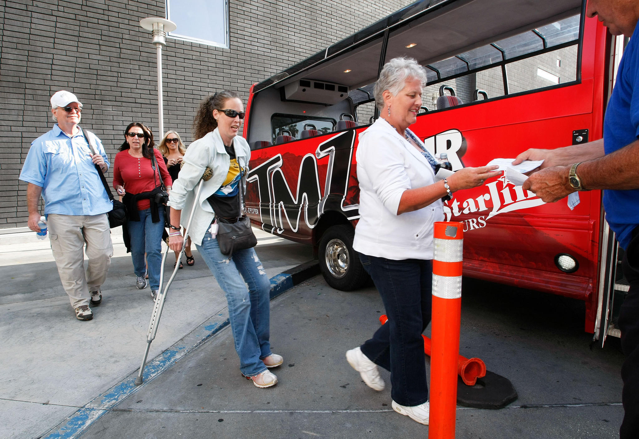Celebrity gawking gets a new twist in hollywood la times for Tmz tours in los angeles