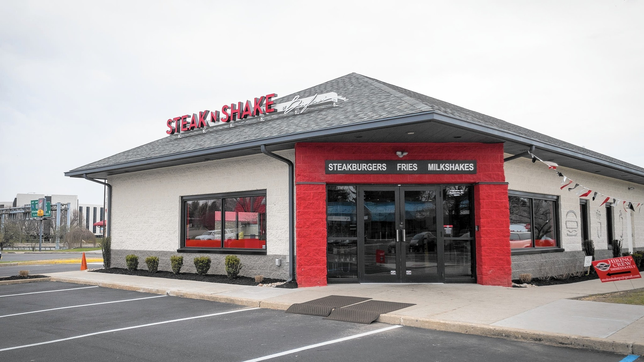 Review fogelsville 39 s steak 39 n shake offers quality fast for Steak n shake dining room hours