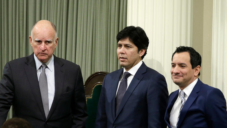 Senate President Pro Tem Kevin de León and Assembly Speaker Anthony Rendon (D-Paramount) with Gov. Jerry Brown. (Rich Pedoncelli/Associated Press)