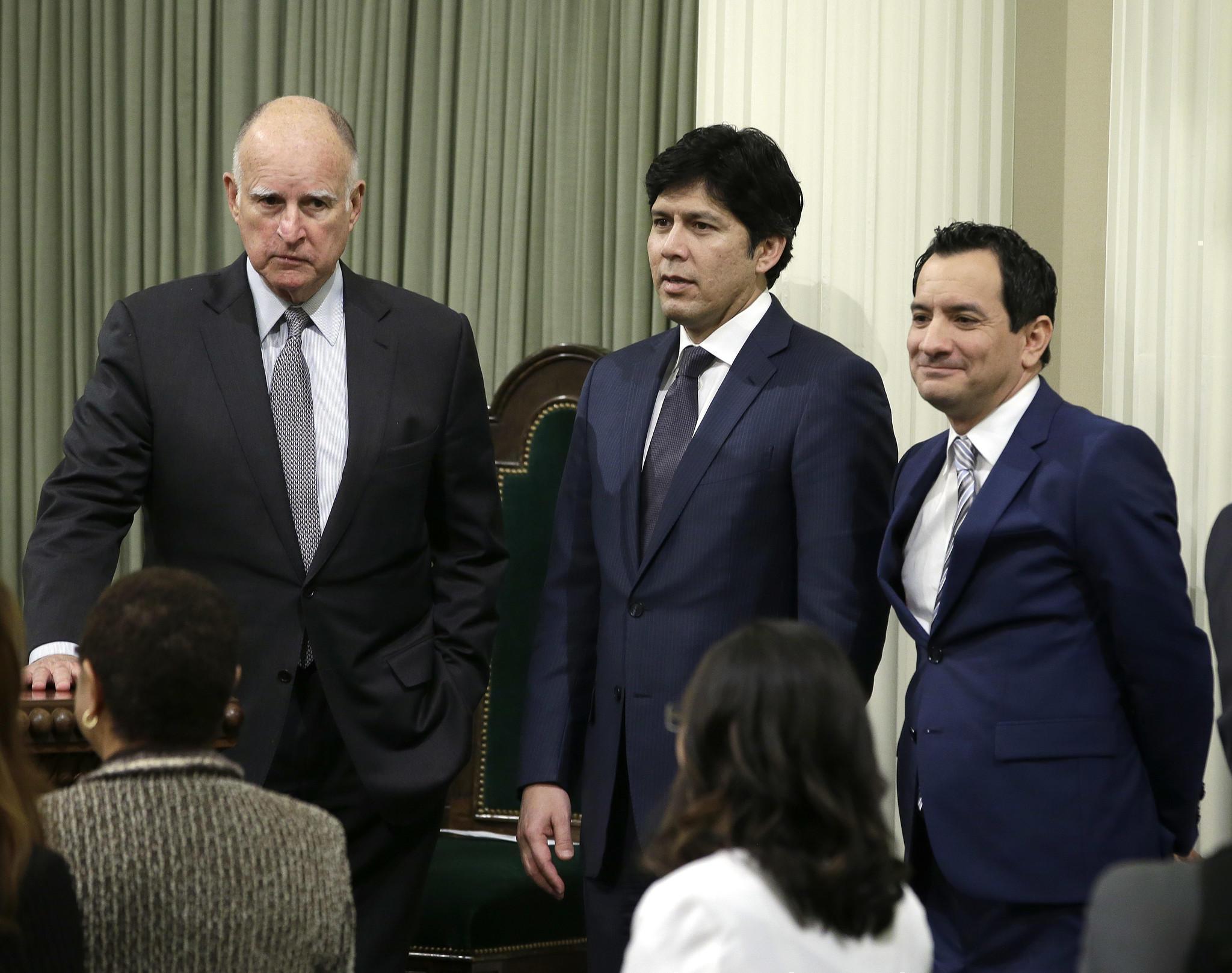 Gov. Jerry Brown, left, with Senate President Pro Tem Kevin de León (D-Los Angeles), center, and Assembly Speaker Anthony Rendon (D-Paramount). (Rich Pedroncelli / Associated Press)