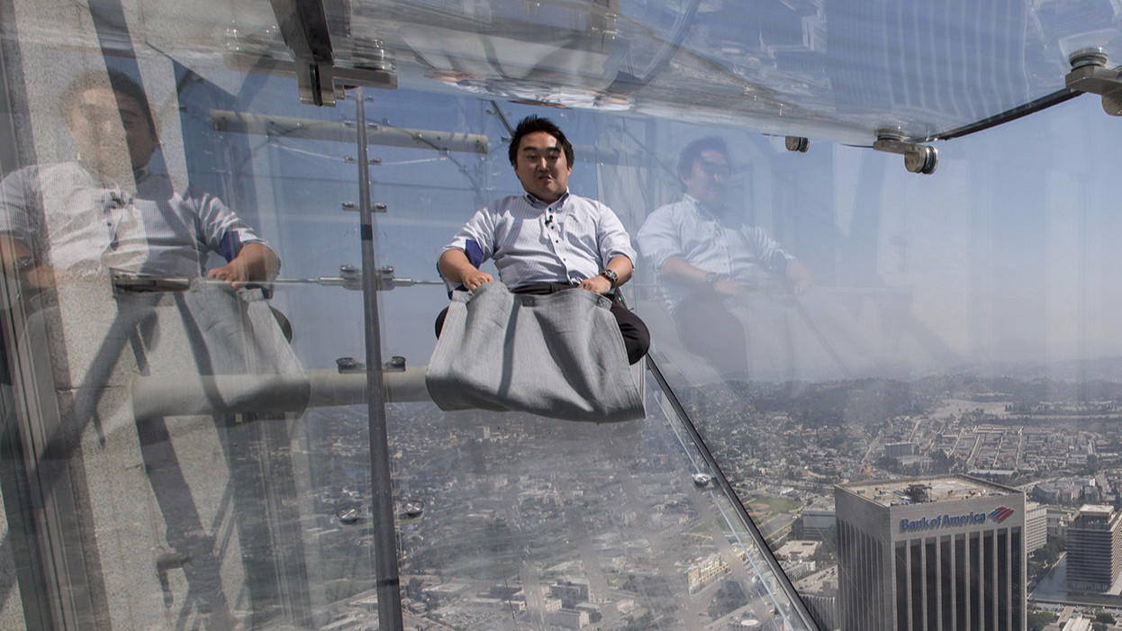 Ride The U S Bank Tower 39 S Glass Skyslide With 70 Floors Of Nothingness Below You Chicago Tribune