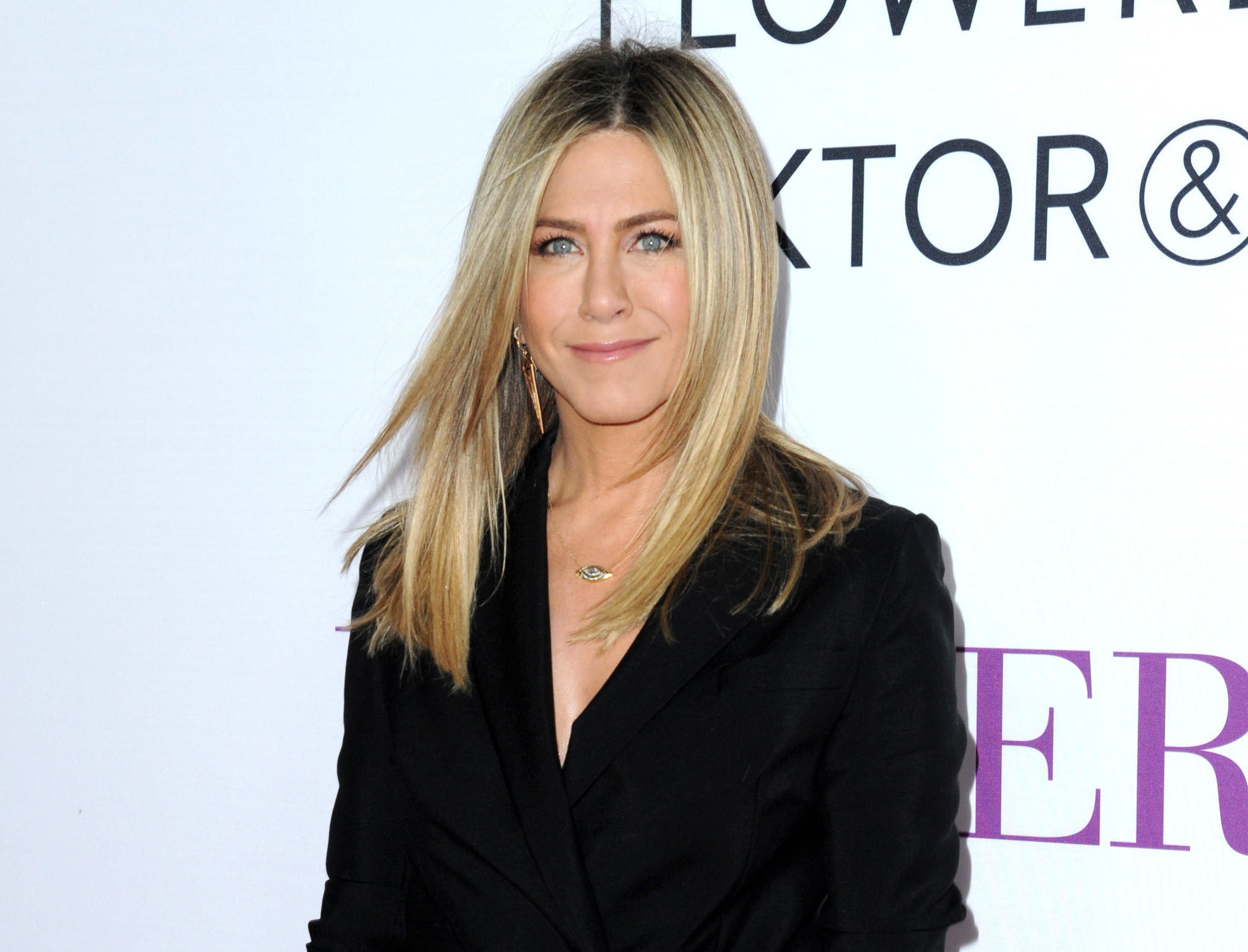 jennifer aniston takes on the tabloids in scathing essay about jennifer aniston takes on the tabloids in scathing essay about body shaming and sexism la times