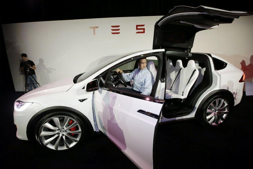 tesla motors cuts starting price of model x suv to 74 000 la times. Black Bedroom Furniture Sets. Home Design Ideas