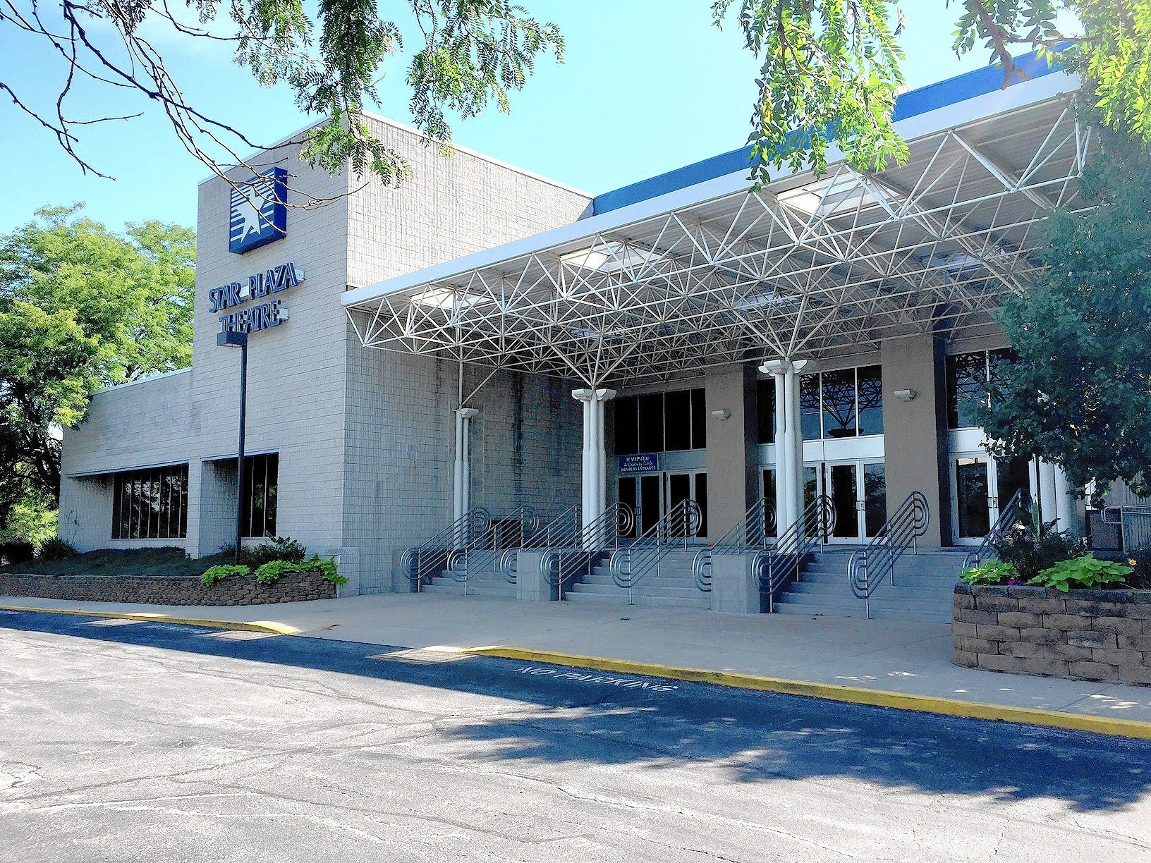 Theaters demise recalls fates of Southland entertainment venues