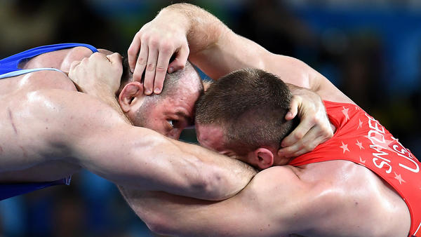 USA's Kyle Snyder battles Azerbaijan's Khetag Goziumov in the 97 kg gold medal match. (Wally Skalij / Los Angeles Times)
