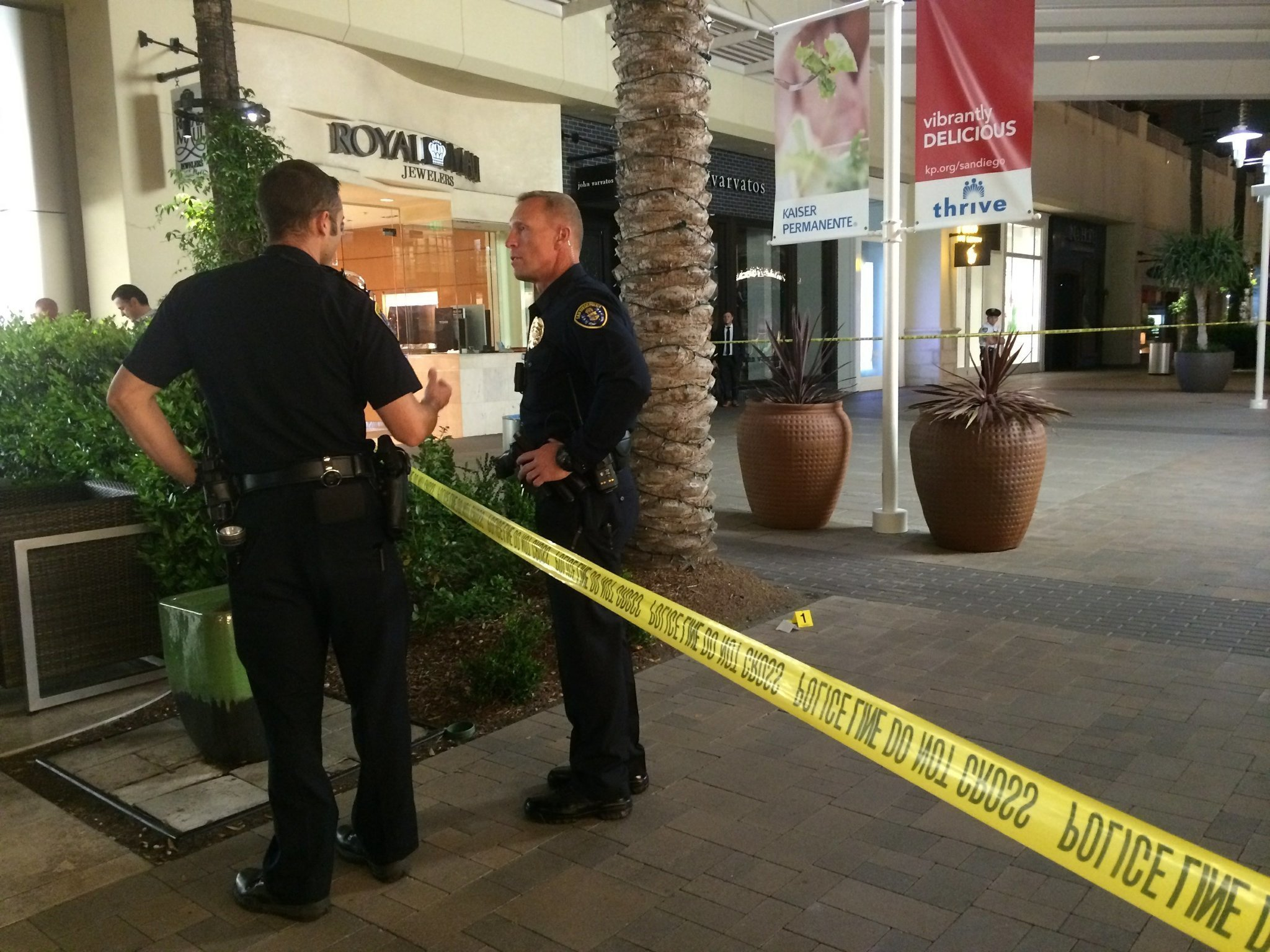 Jewelry store guard fires at gunman the san diego union for Fashion valley jewelry stores