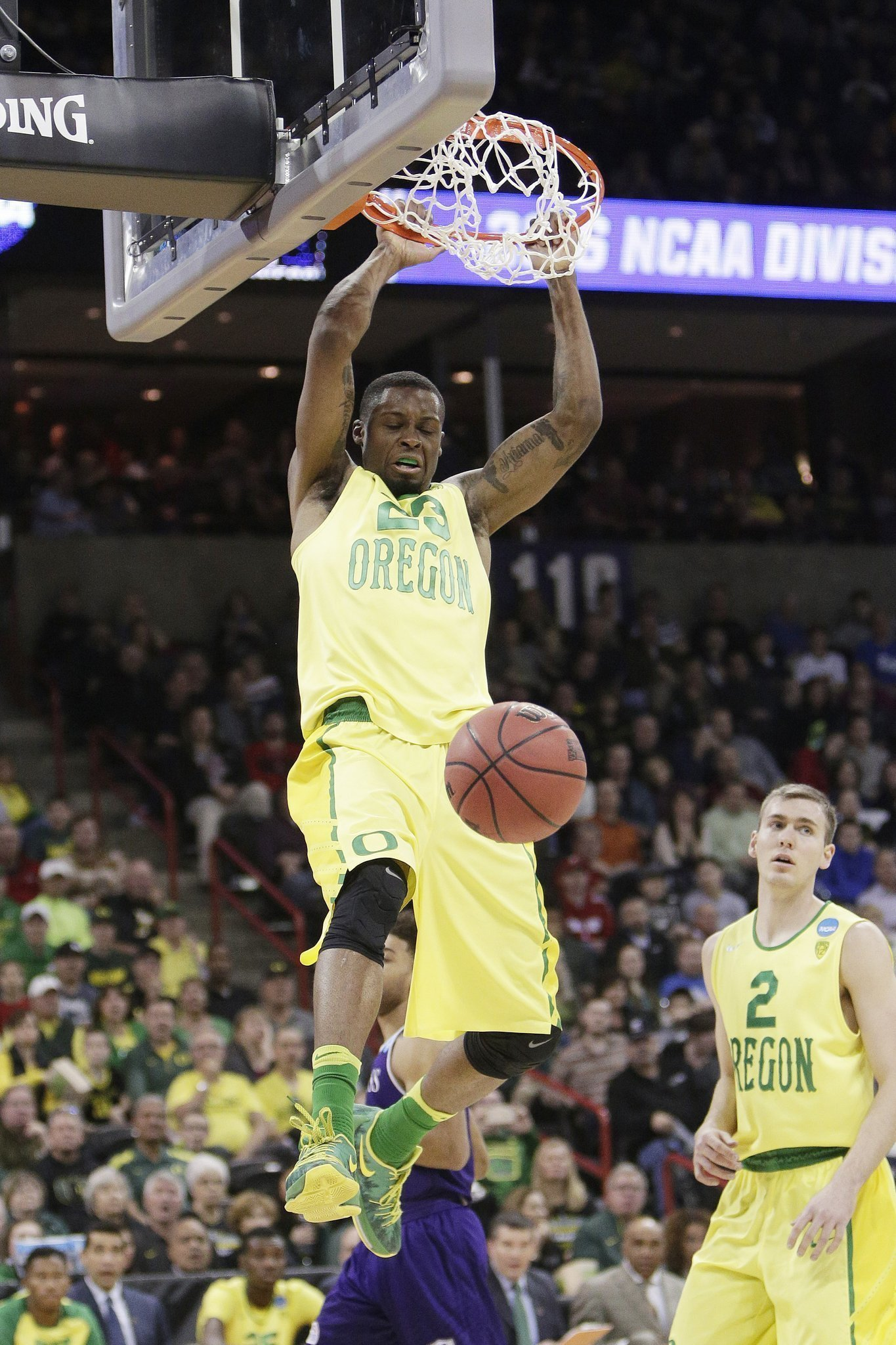 No. 1 seed Oregon romps past Holy Cross 91-52 - The San ...
