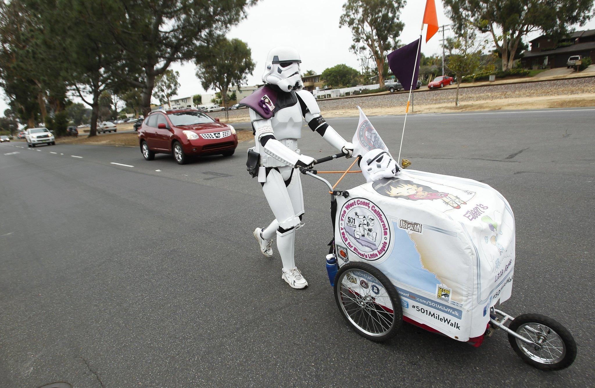 Stormtrooper walks 645 miles to Comic-Con