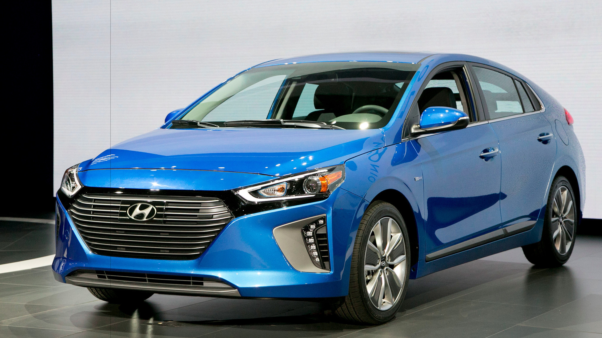 will hyundai 39 s eco friendly ioniq woo hearts away from prius la times. Black Bedroom Furniture Sets. Home Design Ideas
