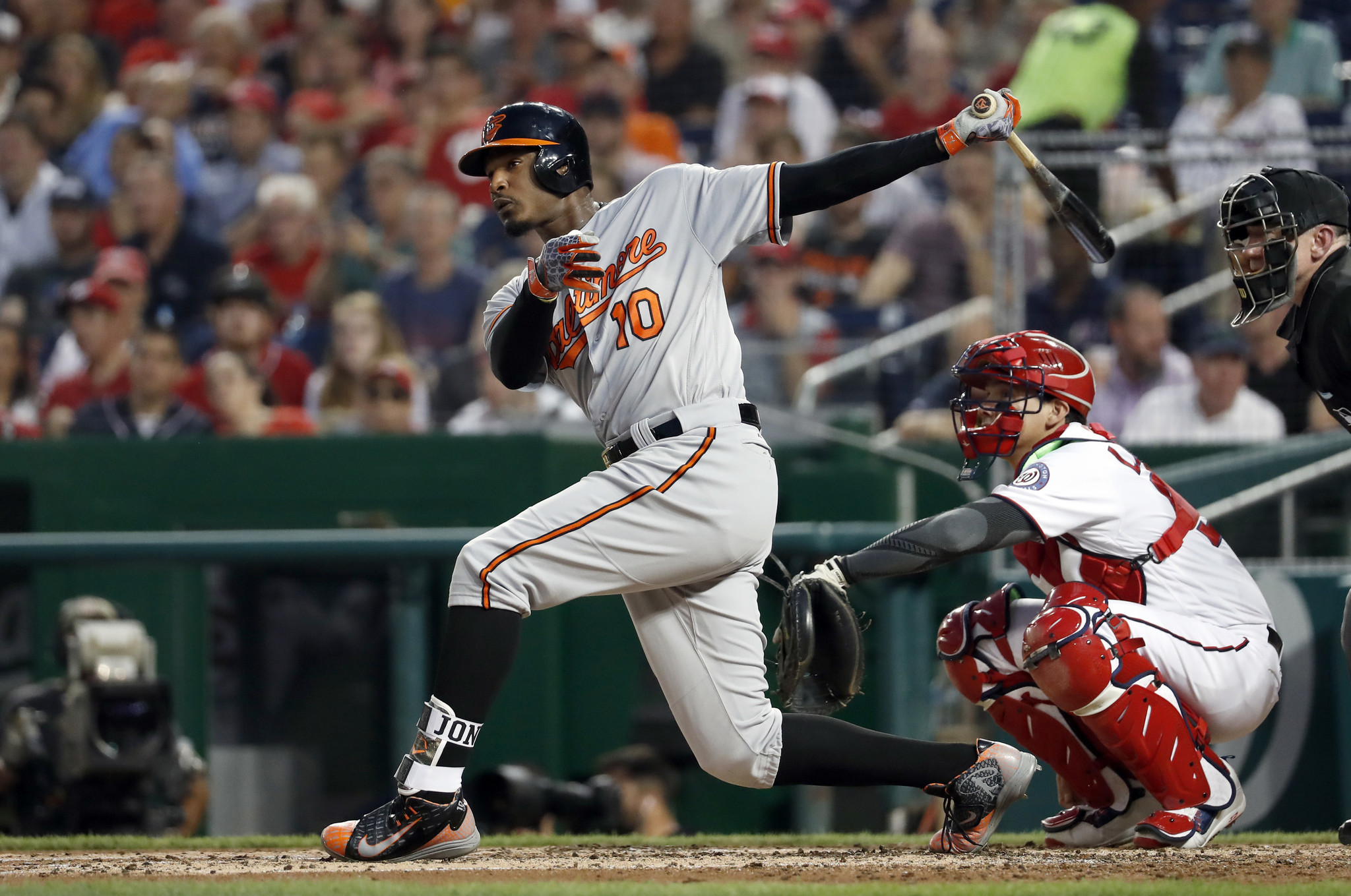 Bal-orioles-center-fielder-adam-jones-leaves-game-in-ninth-with-cramping-but-says-he-will-play-friday-20160825
