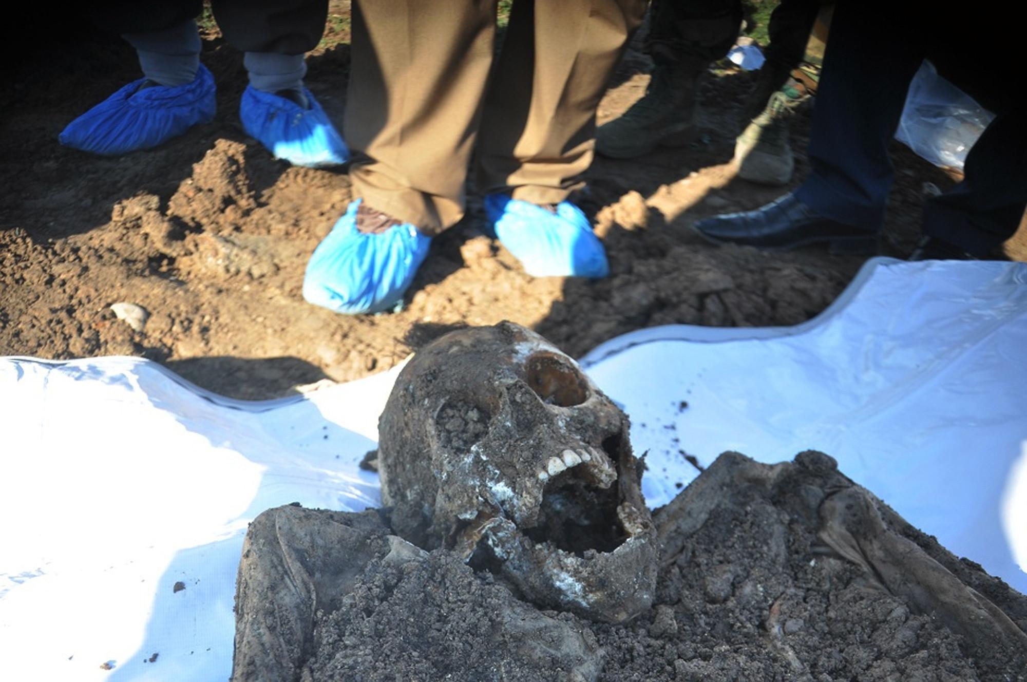 Ct-islamic-state-mass-graves-20160830