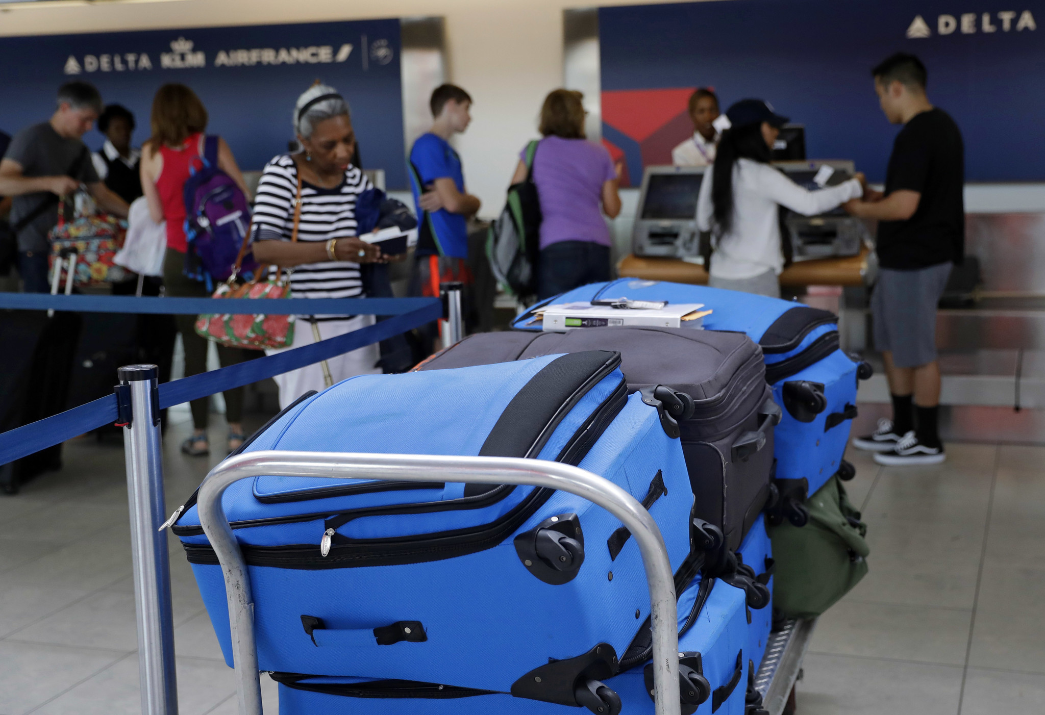 The tech behind the quest to end lost airline luggage - Chicago ...