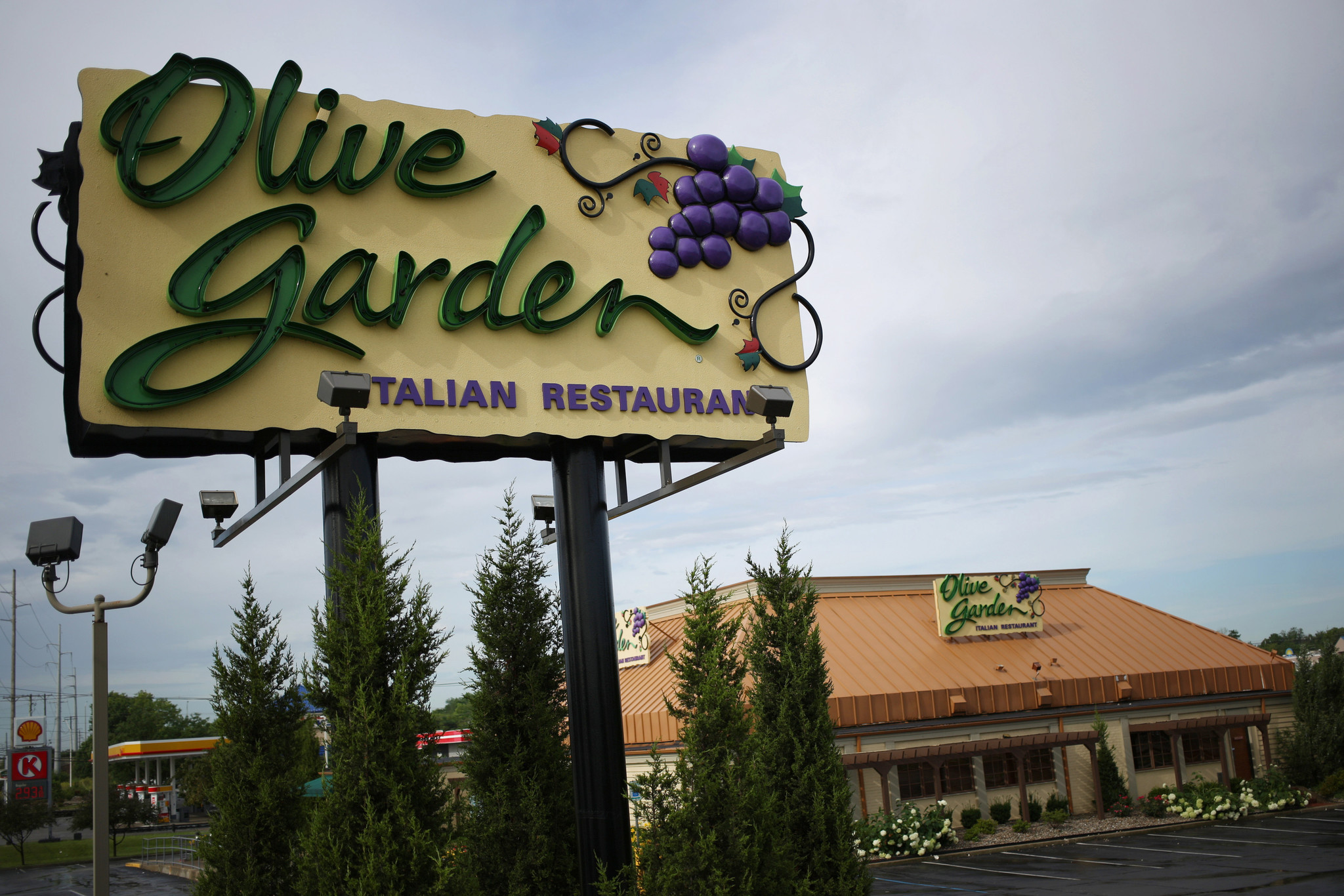 Olive garden to sell 21 000 pasta passes thursday deal now is key tactic chicago tribune for What time does olive garden open