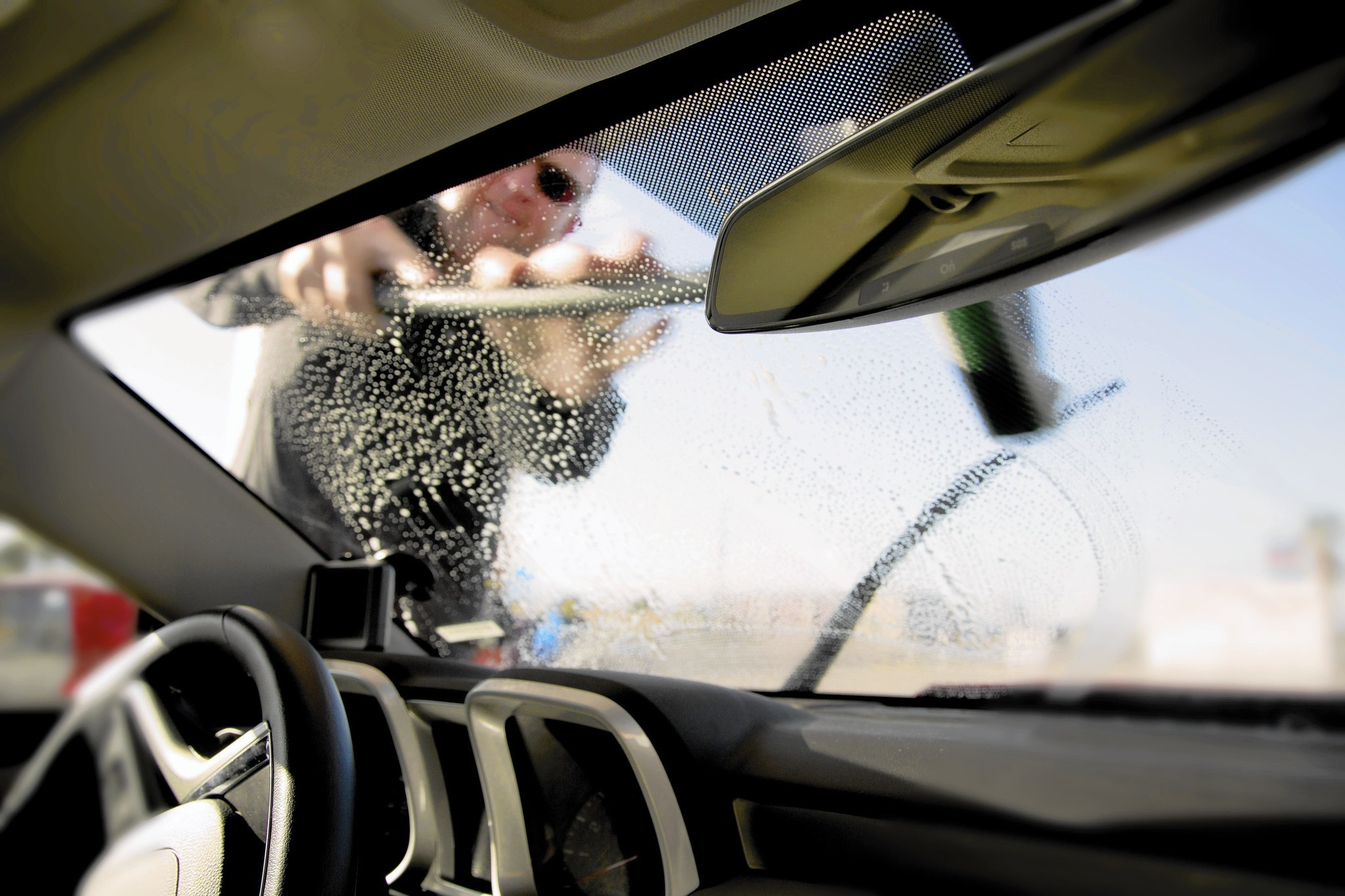 how to clean car windshields without streaks chicago tribune. Black Bedroom Furniture Sets. Home Design Ideas