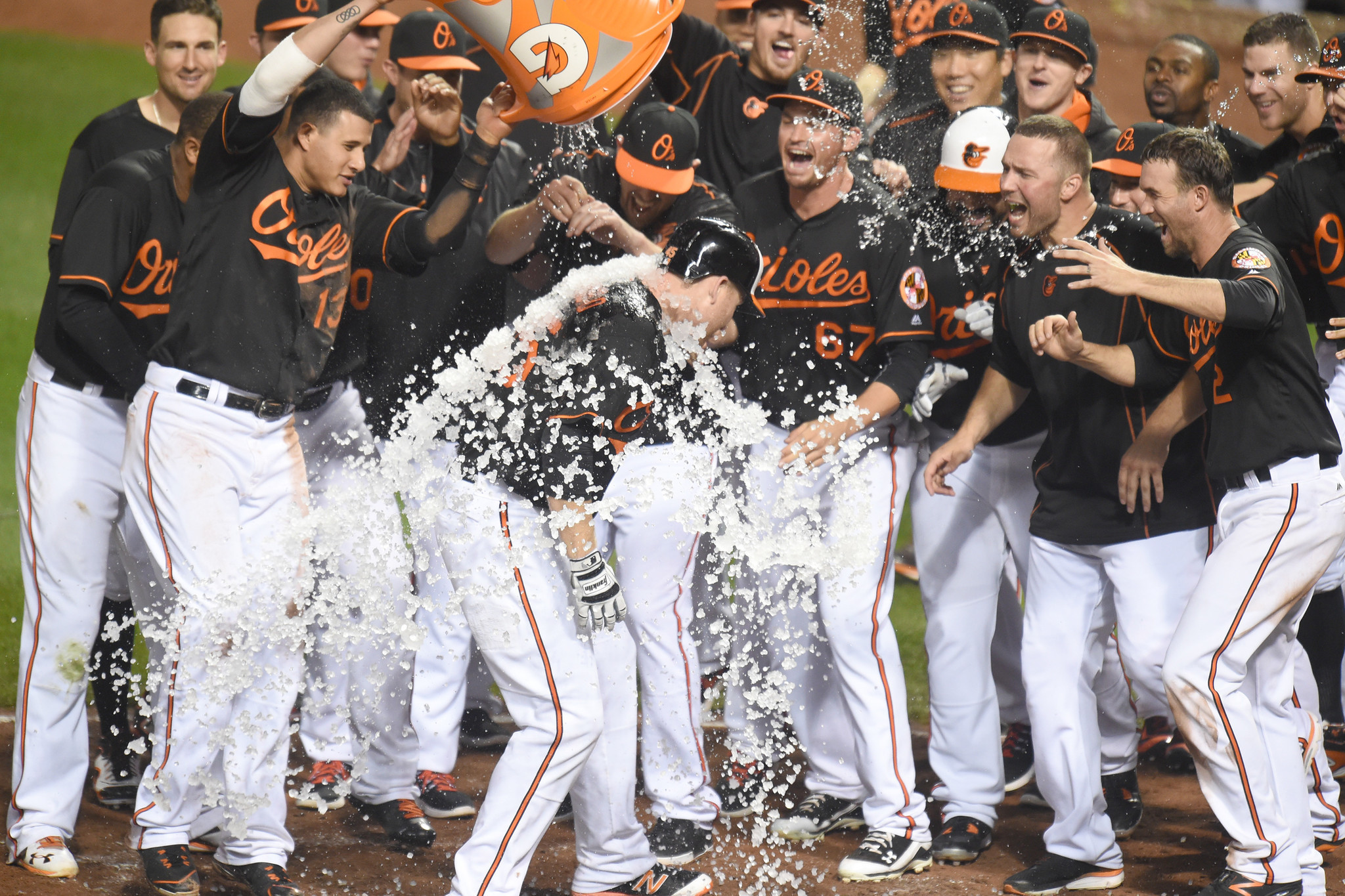 Bal-orioles-offense-awakens-at-right-moment-to-beat-diamondbacks-keep-pace-in-playoff-race-20160923