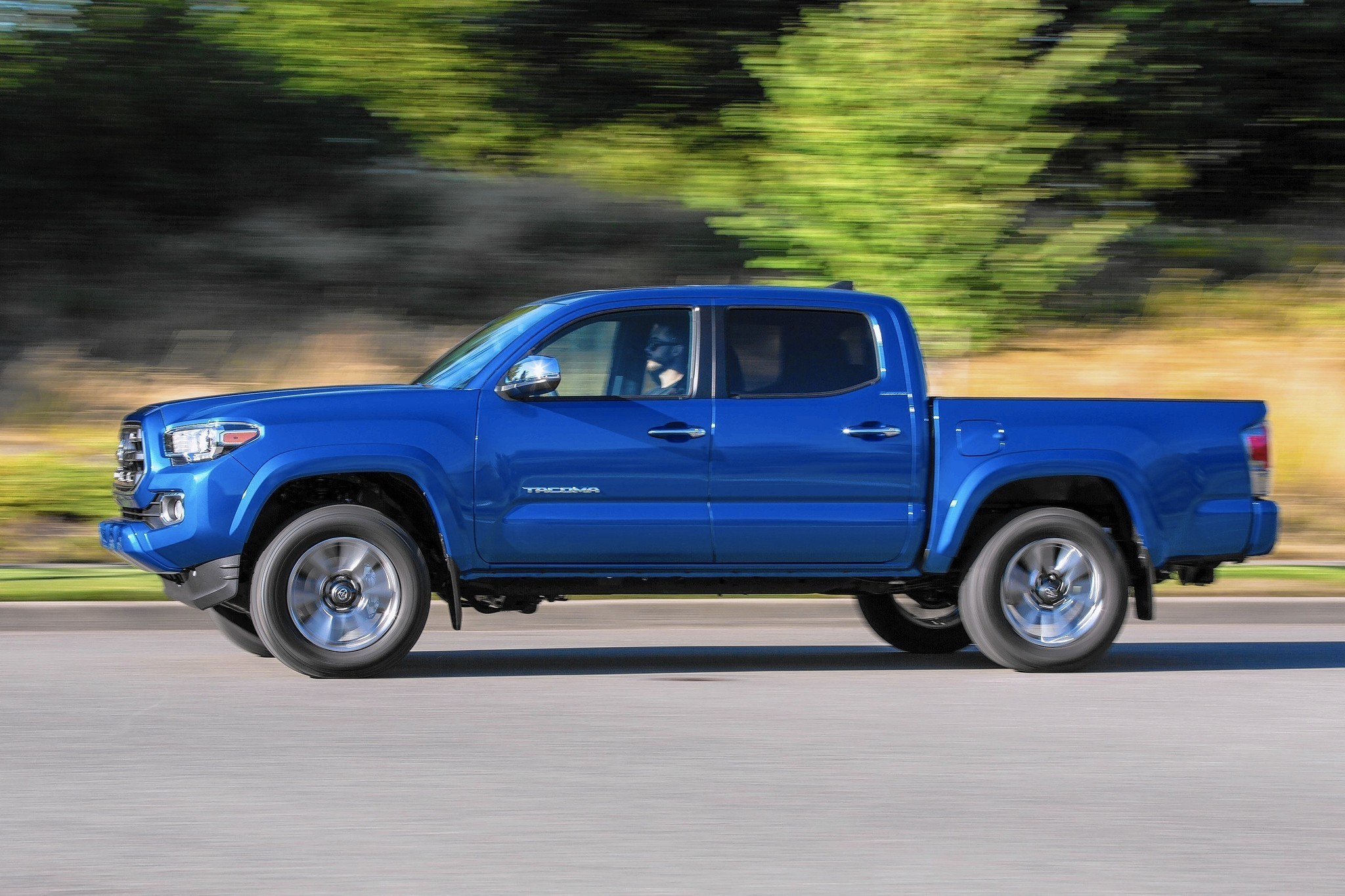 rugged toyota tacoma midsize pickup returns with new design new power chicago tribune. Black Bedroom Furniture Sets. Home Design Ideas