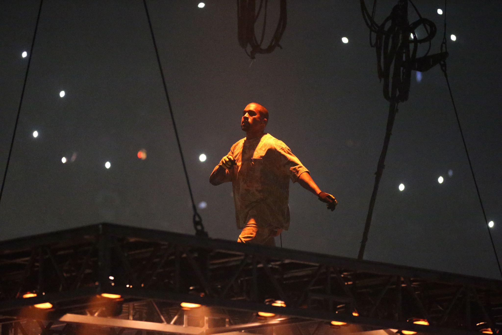 Kanye West lets music do the talking at the United Center