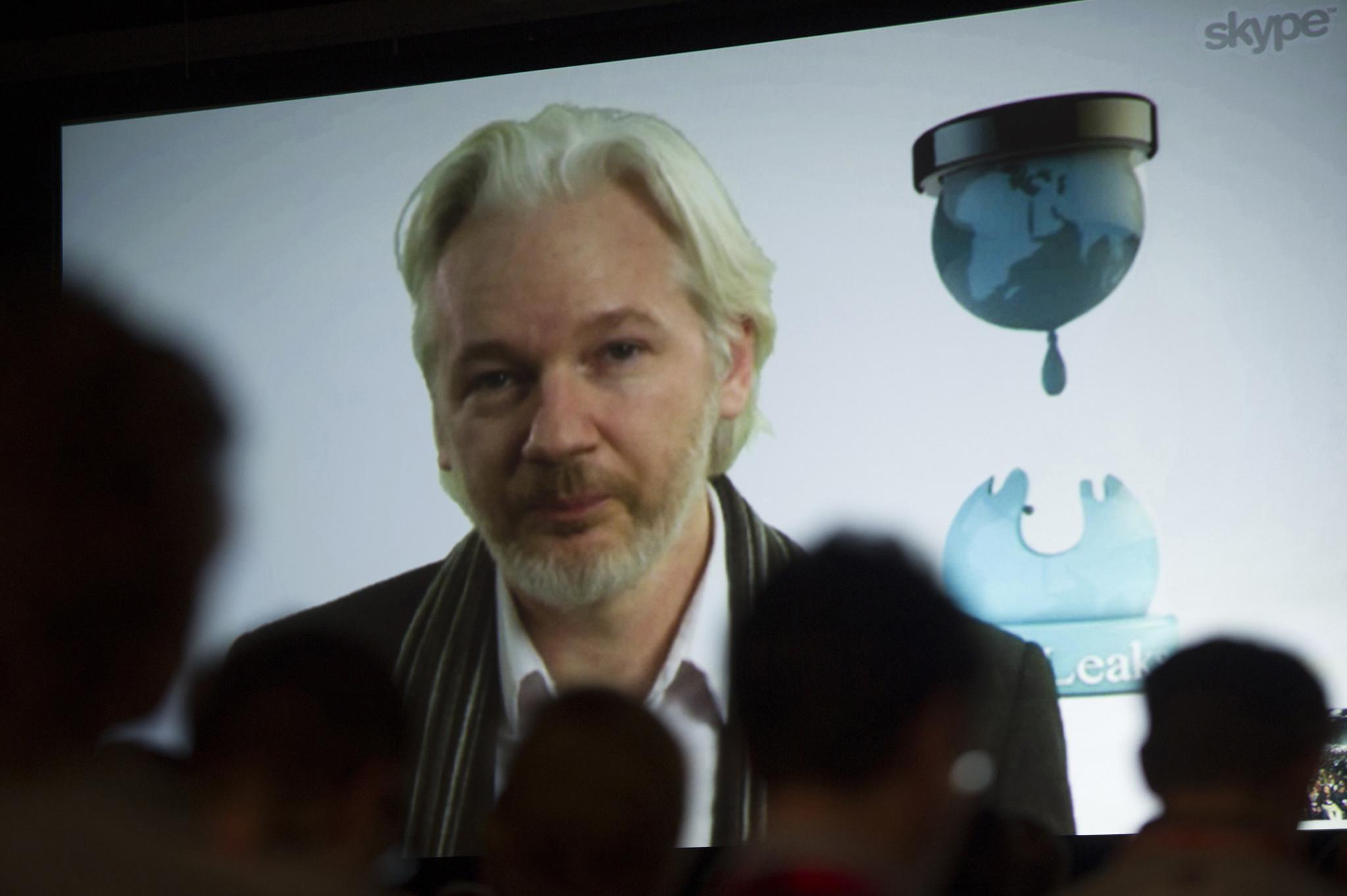 http://www.trbimg.com/img-5804d9bc/turbine/ct-julian-assange-wikileaks-internet-access-cut-20161017