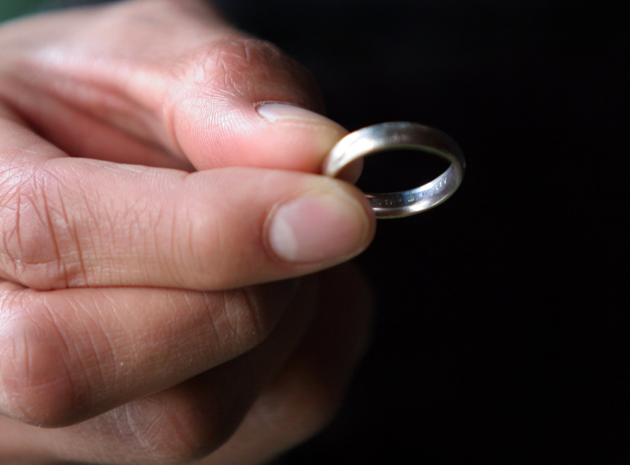 how a fake wedding ring improved my dating life chicago tribune - Fake Wedding Ring