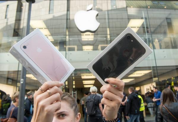 Sales of iPhones decline, but Apple predicts a better-than-expected holiday season