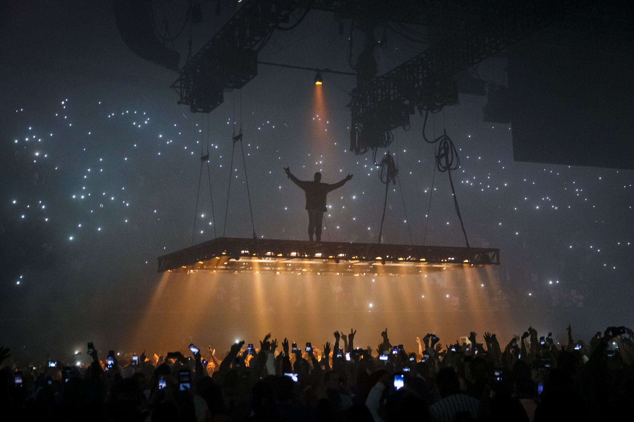 Kanye West takes his fans at the Forum on an experimental trip