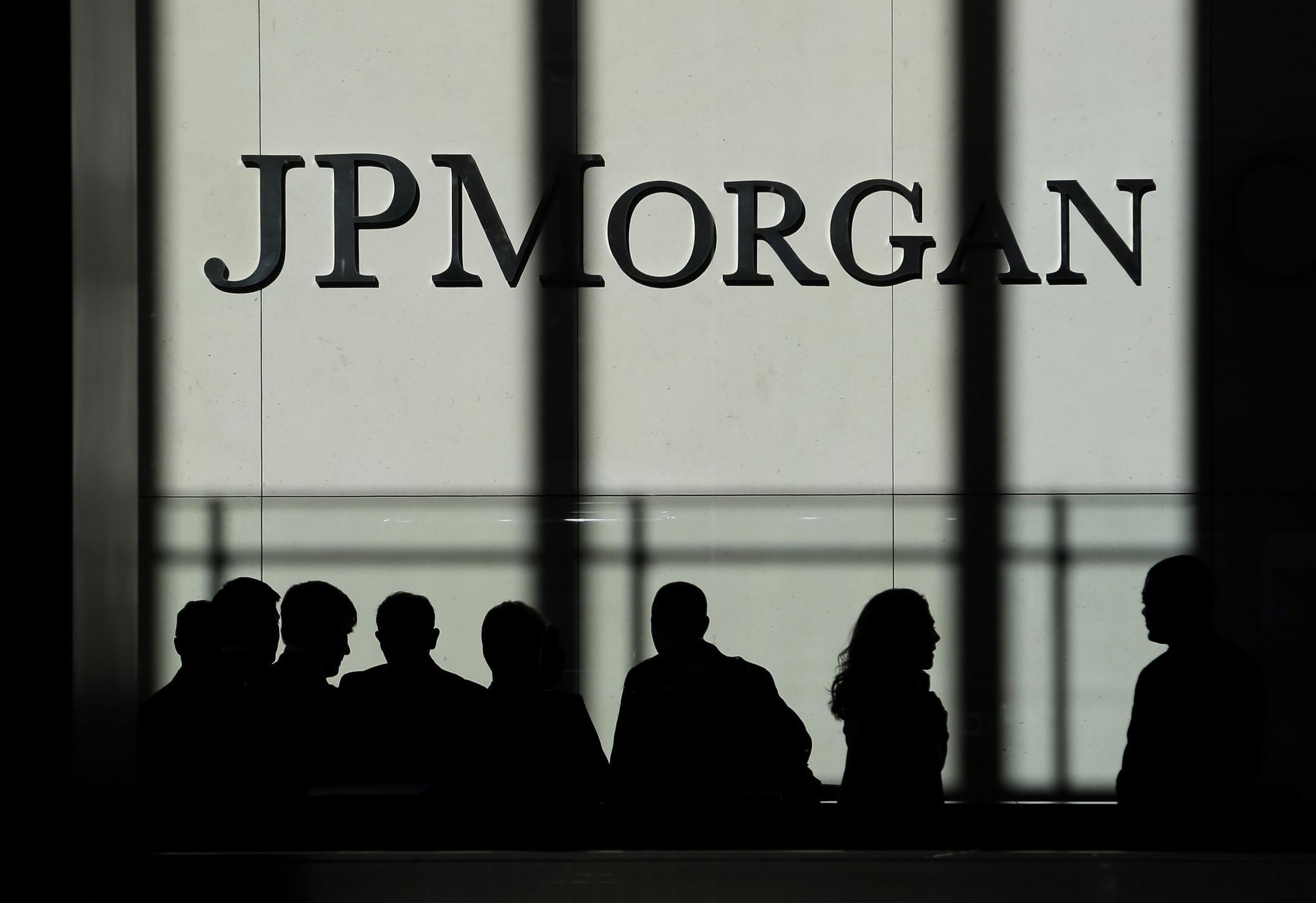 Τα τρία σενάρια της JP Morgan για την έξοδο από το τρίτο μνημόνιο, 60% έξοδος με… πατερίτσες!