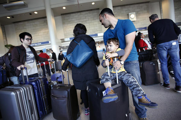 Expect big holiday crowds at airports, airlines group says