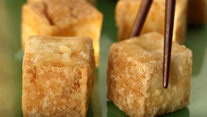 Deep-fried tofu with dipping sauce