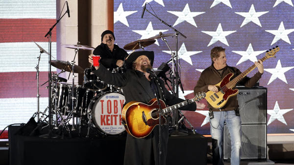 Toby Keith performs. (David J. Phillip / Associated Press)