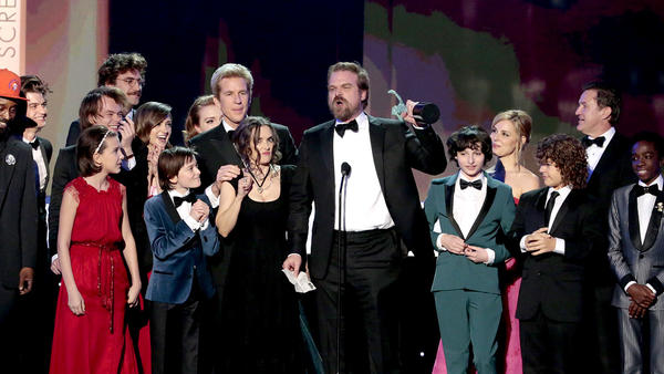 """Stranger Things' "" David Harbour gives a speech as cast and crew look on. (Robert Gauthier / Los Angeles Times)"