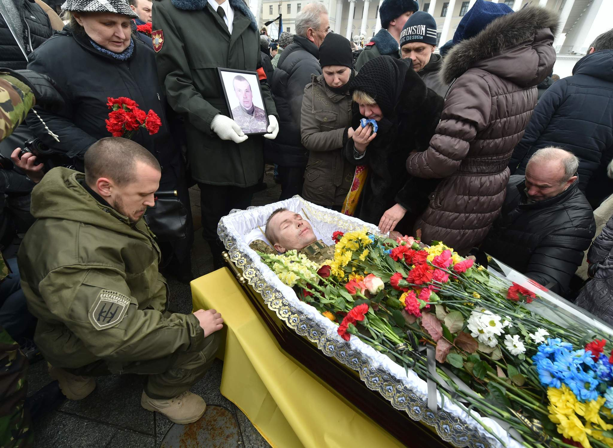 Heavy fighting continues in Ukraine, killing 10 since Monday