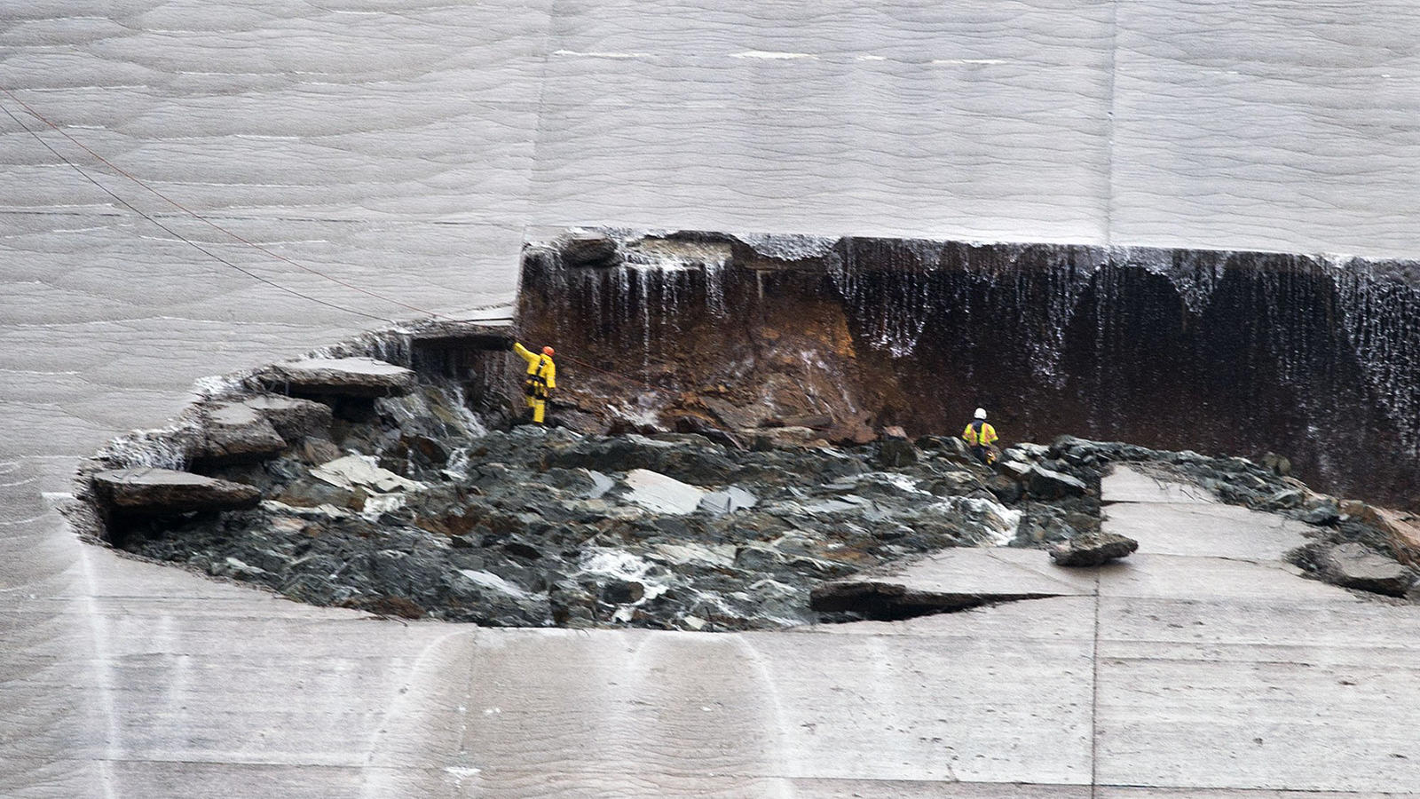 Major sinkhole on spillway at Lake Oroville