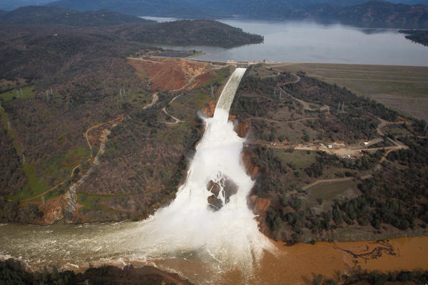 http://www.trbimg.com/img-58a292d2/turbine/la-me-lake-oroville-spillway-pictures-052/600.jpg