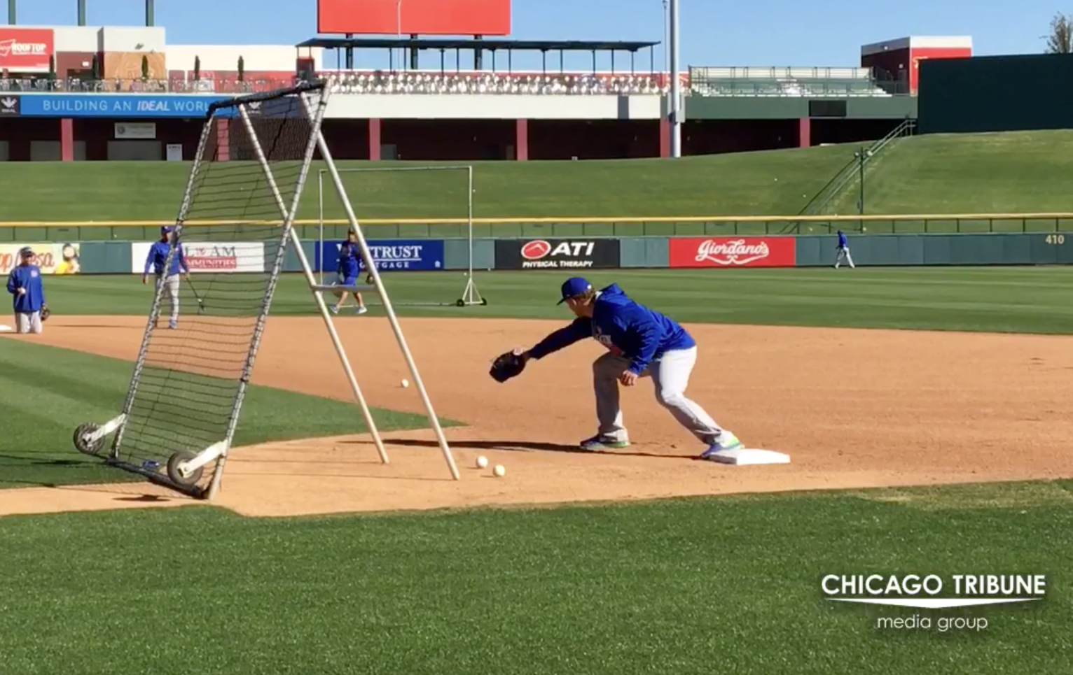 Ct-anthony-rizzo-practices-fielding-20170223