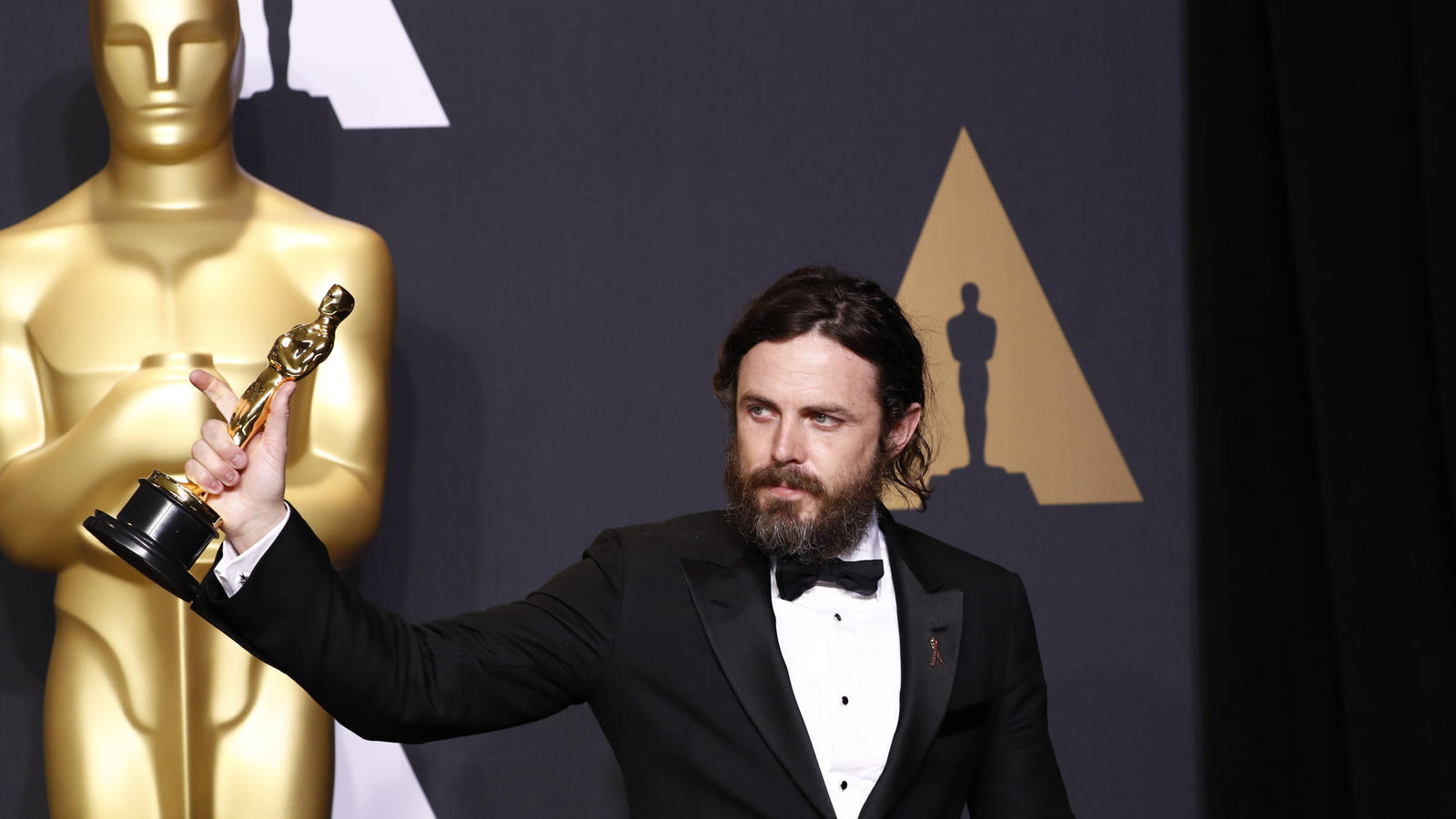 Casey Affleck with his Oscar for supporting actor. (Marcus Yam / Los Angeles Times)